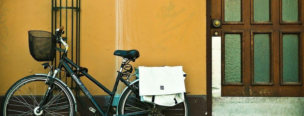Une assistante administrative se déplace parfois à vélo !